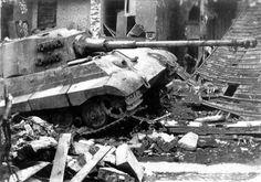 """Le principal fer de lance de « Kampfgruppe Peiper » initialement emménagé dans Stavelot dans la matinée du 18 décembre 1944, mais en début d'après-midi la plus grande partie de l'unité avait poussé vers trois-ponts à l'ouest The lead spearhead of """"Kampfgruppe Peiper"""" initially moved into Stavelot on the morning of 18 December 1944, but by the early afternoon most of the unit had pushed on towards Trois-Ponts to the west"""