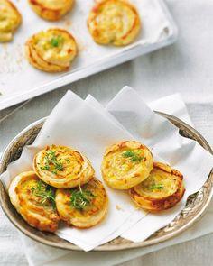 """Gefüllte Blätterteig-Schnecken Welche Blätterteig-Schnecke darf's denn sein - die mit Lachs und Fenchel oder die mit Tomate und Oliven? Am liebsten alle beide! Zum Glück ist das feine Fingerfood schnell gemacht. <a href=""""/rezepte/rezepte/gefuellte-blaetterteigschnecken"""">Zum Rezept: Gefüllte Blätterteigschnecken</a>"""