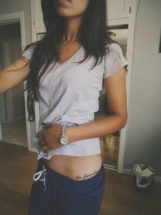Frase, tatuaje en la cadera