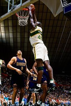 Shawn Kemp of the Seattle Supersonics dunks against Brian Williams of. Michael Jordan Basketball, Basketball Is Life, Basketball Season, Basketball Legends, Basketball Uniforms, College Basketball, Basketball Players, Basketball Hoop, Nba Pictures