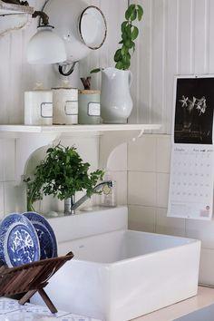 Ideas para una cocina romántica y vintage: lavabo sobre mesada, con pileta blanca, vajilla china y frascos antiguos. Ideas deco de Laura Peirano.