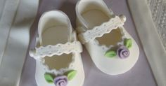 sugar paste baby shoes Source by sulshin Shoes Fondant Toppers, Fondant Cakes, Cupcake Cakes, Fondant Bow, Car Cakes, Mini Cakes, Idee Baby Shower, Baby Shower Cakes, Fondant Baby Shoes