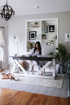 shabby chic home office workspace Cozy Home Office, Home Office Space, Home Office Design, Home Office Furniture, Home Office Decor, Small Office Decor, At Home Office Ideas, Cottage Office, Rustic Office Decor