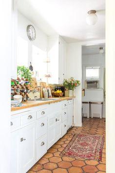 "House Tour: A ""Boho Beach Bungalow"" in California Bungalow Decor, Bungalow Kitchen, Boho Kitchen, Kitchen Styling, New Kitchen, Kitchen Decor, Craftsman Kitchen, Bungalow Interiors, Kitchen Island"