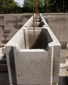 Eine Stützmauer aus Schalsteinen ist kostengünstig und zudem schnell errichtet. Wie es genau funktioniert und was Sie beachten müssen erfahren Sie hier.
