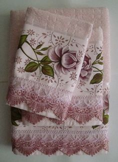Set of towels with hand painted border and guipir finish. contains: 1 bath towel - X 1 face towel - X 1 washcloth - X Color: Light pink # towels # lace # diadasmães Towel Embroidery, Hand Embroidery Flowers, Bathroom Towel Decor, Towel Animals, Pink Towels, Fabric Paint Designs, Sewing Circles, Towel Crafts, Kitchen Hand Towels
