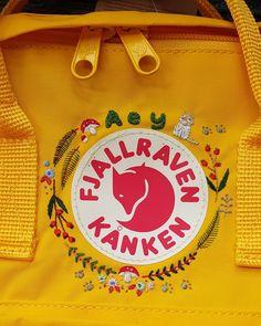 Wreath on char's fog kanken — 🌸 Apologies if I do not post every completed works, am also still taking in commission hoops orders, patches,… Diy Embroidery Designs, Embroidery Bags, Hand Embroidery Stitches, Cross Stitch Embroidery, Embroidery Patterns, Diy Rucksack, Mochila Kanken, Fjallraven, Arte Sketchbook