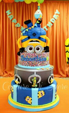 Make a 'One in a Minion' Cake With These Minion Cake Ideas! These incredibly creative Minion cakes and cupcakes will inspire you to create your own fun and rambunctious character cake! Torta Minion, Bolo Minion, Minion Cakes, Fancy Cakes, Cute Cakes, Fondant Cakes, Cupcake Cakes, Despicable Me Cake, Minion Birthday