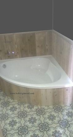 lambrisering rond een bad in gebruikt steigerhout