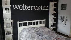 Pimp je slaapkamer!  De witte plankenkasten links en rechts van het bed zijn kant en klaar te koop bij Ikea. De Letters aan de muur zijn te bestellen via internet bij houtenlabel of bij de xenos. Verf je muur in donker antraciet grijs en het resultaat mag er wezen. Heel veel succes!