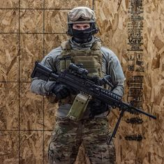 20 great tips that will help you to win an airsoft war. Watch out for snipe s, Use Cover, Lighten Your Load, Be Stealthy, Keep moving to win an airsoft war. Military Police, Military Weapons, Military Art, Armas Wallpaper, Special Forces Gear, Military Action Figures, Military Pictures, Swat, Tactical Gear
