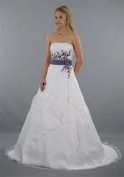 """✻ Das Brautkleid """"Leona"""" ist mit schönen lila Blumen bestickt & hat einen Gürtel, der eine schlanke Silhouette zaubert ✻ Eine Braut mit Mut zur Farbe ✻ Hochzeitskleid ✻ Hochzeit"""