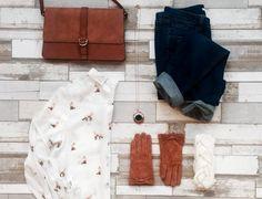 tenue du jour chemise imprime de petits renards jean bleu fonc gants camel