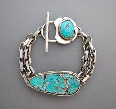 Un bracelet en argent Sterling avec deux cabochons de turquoise brillants et naturels. Chaîne dargent gros calibre. Sept et demi pouces de longueur.