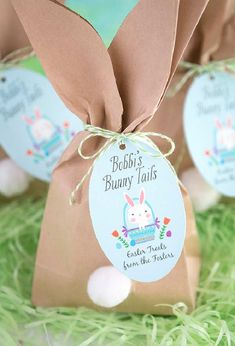 """Easy Easter """"Bunny Tail"""" Favor Bags : Easy Easter """"Bunny Tail"""" Favor Bags Whether your hosting an Easter gathering this year or looking for a fun craft for the kids these cute Easter bunny goody bags are the perfect Easter DIY! Easter Birthday Party, Bunny Birthday, Bunny Party, Cute Easter Bunny, Bunny Tail, Easter Crafts For Kids, Easter Activities, Easter Ideas, Craft Party"""