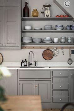 Vintagefabriken loves: this shaker kitchen. Tidy Kitchen, Kitchen Redo, New Kitchen, Kitchen Dining, Kitchen Cabinets, Style Shaker, Shaker Kitchen, Cozy House, Kitchen Interior