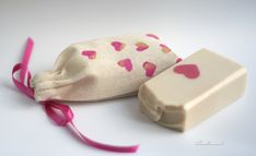 Linda O'Sullivan demonstrates how to make cute and professional looking stenciled muslin bags, perfect for packaging a wide variety of gifts and products.