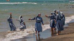 Polémique sur le burkini : l'histoire derrière la photo des nonnes à la plage