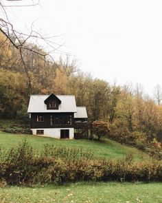 Square or slightly rectangular main cabin with side pop out with deck in front of House Exterior Color Schemes, Exterior Design, House Tweaking, Old Cottage, Decks And Porches, Cottage Interiors, Cozy Cabin, Winter House, Amazing