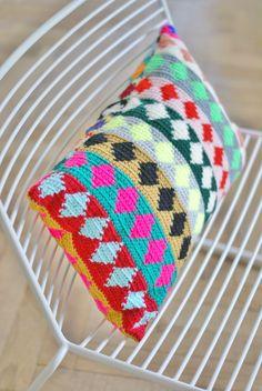 Tapestry crochet pillow Another original design by wood & wool stool. A diamond cushion. Crochet Diy, Crochet Home Decor, Love Crochet, Beautiful Crochet, Crochet Ideas, Crochet Pillow, Tapestry Crochet, Crochet Stitches, Blanket Crochet