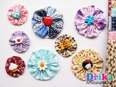 Veja como fazer facilmente flores de fuxico usando retalhos de tecidos e botões!