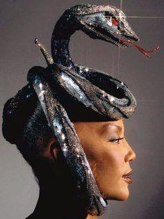 Bob Mackie - Créateur de Mode - Haute Couture - Coiffe 'Cobra' - 1984