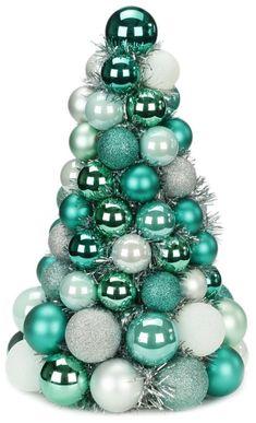 árbol de navidad hecho por bolas para decorar la mesa navideña