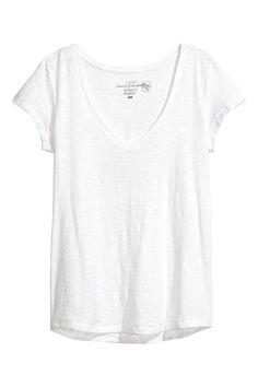 ¿Cuál es la mejor camiseta blanca? H&m Online, Summer Looks, White Tops, V Neck Tops, Fashion Online, What To Wear, Clothes For Women, Mens Tops, T Shirt