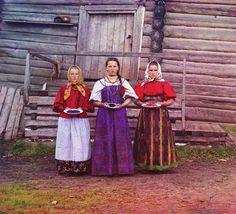 ノブゴロド郡。ベリーを摘んだ農家の女の子たち。
