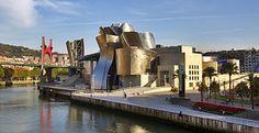 La característica más llamativa del museo es el innovador edificio en el que se emplaza, constituido por formas curvilíneas y retorcidas, recubiertas de piedra caliza, cortinas de cristal y planchas de titanio. Cuenta con una superficie total de 24.000 m², de los cuales 10.540 m² están reservados para las exposiciones, distribuidos en 19 galerías.