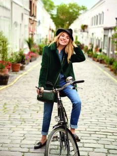 Sienna Miller en balade à vélo à Londres pour la séance photo Caroll