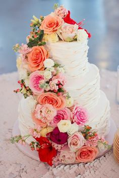 This Texas Wedding from Sarah Kate Photography is Overflowing with Gorgeous Details! Love this wedding cake with roses <3