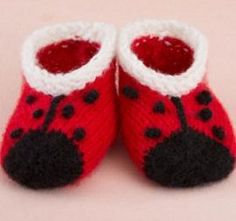 Little Lady Bug Baby Booties free pattern ♥ 4000 FREE patterns to knit ♥ http://pinterest.com/DUTCHYLADY/share-the-best-free-patterns-to-knit/