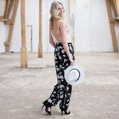 SMELL THE FLOWERS - In combinatie met de matching top heb je de perfecte festival outfit te pakken in deze broek met bloemen! By ModeMusthaves.com.