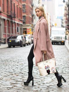 Hailey Baldwin kombiniert zum kuschligen, rosa Mantel eine Lederleggings, Plateau-Schnürer und den KARL ROBOT Shopper. Würden wir genau so nehmen...Den Shopper könnt ihr übrigens gewinnen:Shopper von Karl Lagerfeld gewinnen!window.vn