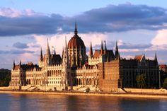 ウィーンからバスで3時間の位置にあるハンガリーの首都ブダペスト。 王宮がそびえ立つブダ地区とローマ時代に起源を遡るオーブダ地区、そしてドナウ川の対岸にあるペスト地区が統合されてできた街です。 その中でもブダ地区とドナウ川沿いが世界遺産として登録されていて、「ドナウの真珠」の異名をとる美しい景観が広がります。