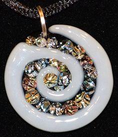 Sparkly dichroïde puntjes Vul een kanaal binnen de cirkel van een spiraal gesneden. De verhoogde accenten geven dit stuk een driedimensionale look en feel. Er is zo veel kleur, textuur, detail en leven aan dit stuk.  Deze 100% art glas tegenhanger is hand-gemaakt door mij en maatregelen ca. 1 1/8 ronde (niet met inbegrip van zilver vergulde borgtocht) en komt klaar om te dragen op zwart hanger met koord. Hanger kan ook gemakkelijk worden gebracht op een andere keten met de borgtocht.  Bi...