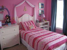 ropa de cama y paredes rosas en la habitación de la niña