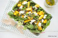 Komt de zomer maar niet? Geen zorgen, met deze salade met mango en geitenkaas tover je instant het zomergevoel op je bord!
