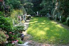 Whaley's garden in Charleston, SC is the most visited private garden in the United States Front Yard Patio, Small Backyard Patio, Beautiful Space, Beautiful Gardens, Garden Paths, Garden Landscaping, Charleston Gardens, Charleston Sc, Private Garden