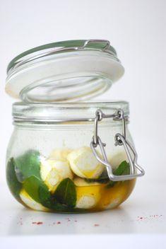 mozzarella gemarineerd in olijfolie, salie, gerookt parikapoeder en gerookt zout