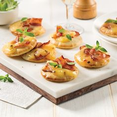 Mini-pizzas au fromage et bacon - 5 ingredients 15 minutes Bruschetta, Pizza Recipes, Appetizer Recipes, Bacon, Hors D'oeuvres, Holiday Appetizers, Mini Foods, Mini Pizzas, Antipasto
