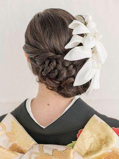 ボリュームが下にあることで、落ち着いた大人っぽい印象に。タイトにまとめた前髪と構築的な大ぶりのユリの花のかんざしが好バランスです。  ■お問... Japanese Party, Kokeshi Dolls, Hair Makeup, Hair Styles, Wedding, Beauty, Fashion, Hair Plait Styles, Valentines Day Weddings