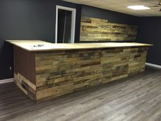 reclaimed pallet wood bar makes for the ultimate man cave. cowboy jeff builds incredible reclaimed creations for some of the beautiful homes. Pallet Walls, Pallet Wood, Wood Pallets, Diy Furniture Couch, Custom Furniture, Deck Planter Boxes, Pallet Projects Signs, Ultimate Man Cave, Beach Bathrooms