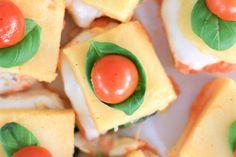 Polenta caprese hecha con tomate, albahaca y queso mozzarella