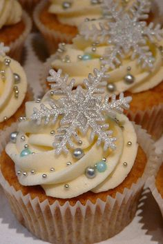 snowflake cupcakes for fun winter desserts! Winter Cupcakes, Frozen Cupcakes, Holiday Cupcakes, Holiday Treats, Holiday Recipes, Christmas Cupcakes Decoration, Winter Treats, Vanilla Cupcakes, Christmas Cupcake Flavors