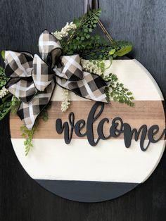 Wood welcome Round door hanger Wooden Door Signs, Diy Wood Signs, Pallet Signs, Crafts To Sell, Home Crafts, Diy Crafts, Front Door Decor, Front Door Signs, Welcome Door Signs