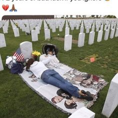 Humor Discover Woman mourning at the grave of her husband a fallen soldier. Pics Of Cute Couples Vietnam Veterans Day Picnic Blanket Outdoor Blanket Military Personnel Historical Pictures History Facts Flowers Nature Nature Animals Cute Relationship Goals, Cute Relationships, Military Relationships, Cute Couples Goals, Couple Goals, Photo Couple, Memorial Day, True Love, Outdoor Blanket