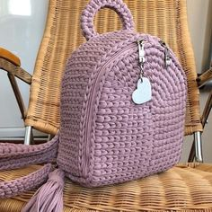 How to knit crochet basket video tutorial Crochet Bag Tutorials, Crochet Crafts, Crochet Projects, Crochet Patterns, Crochet Backpack Pattern, Free Crochet Bag, Knit Crochet, Crochet Handbags, Crochet Purses