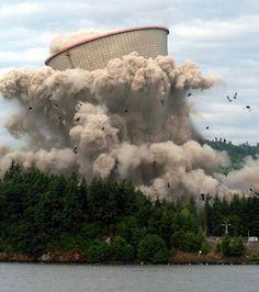 米オレゴン州レーニアのコロンビア川沿いにあるトロージャン原発の冷却塔(高さ151メートル)が解体される瞬間。大規模な商…